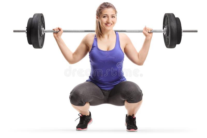 Giovani pesi di sollevamento femminili sulle spalle fotografia stock