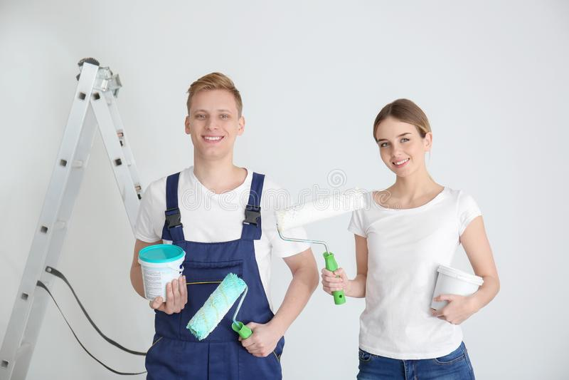 Giovani pittori con gli strumenti su fondo bianco fotografie stock libere da diritti