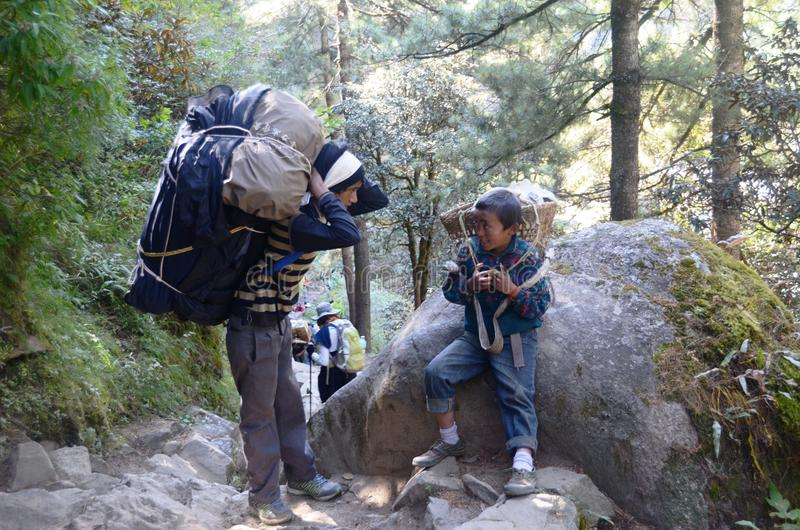 Giovani portatori nepalesi fotografia stock