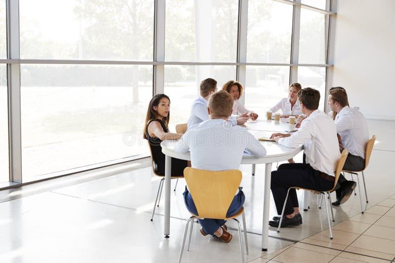 Giovani professionisti di affari nella riunione del gruppo fotografia stock