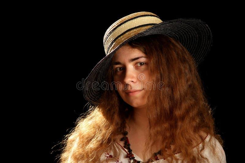 Giovani ragazza del brunette e cappello di paglia fotografie stock libere da diritti