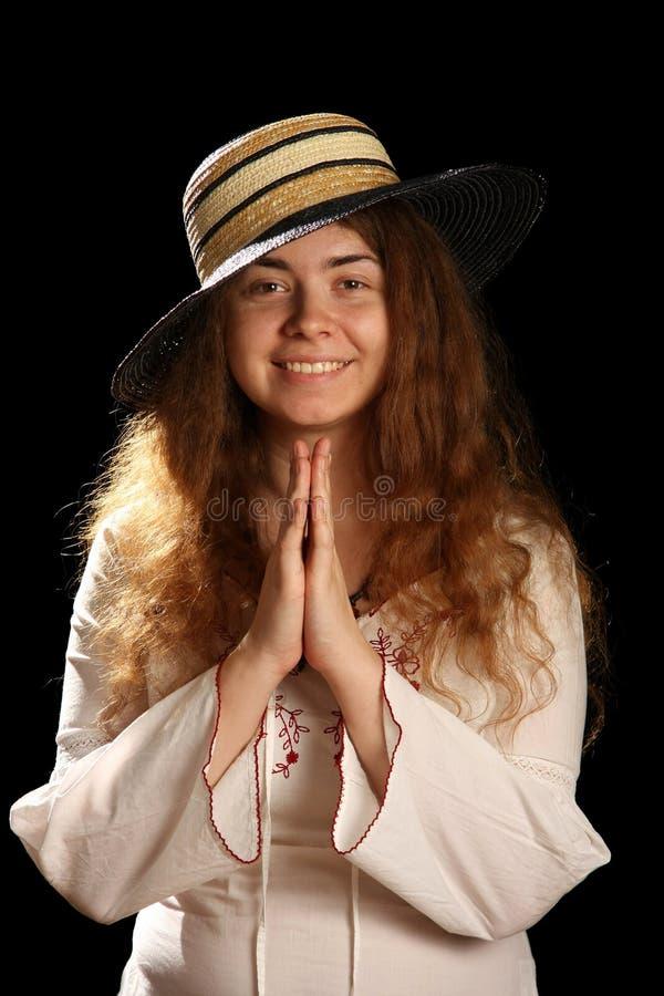 Giovani ragazza del brunette e cappello di paglia immagini stock libere da diritti