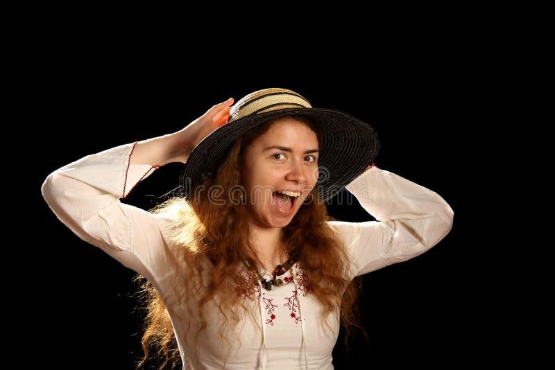 Giovani ragazza del brunette e cappello di paglia fotografia stock libera da diritti