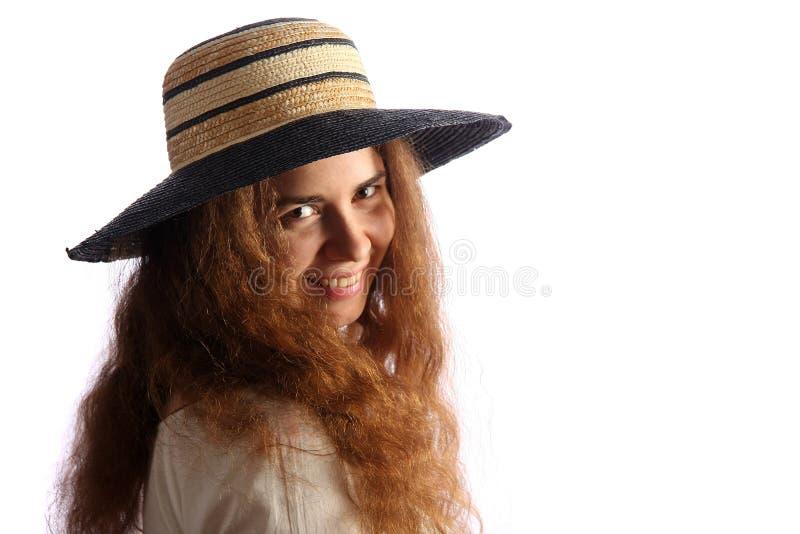 Giovani ragazza del brunette e cappello di paglia immagine stock