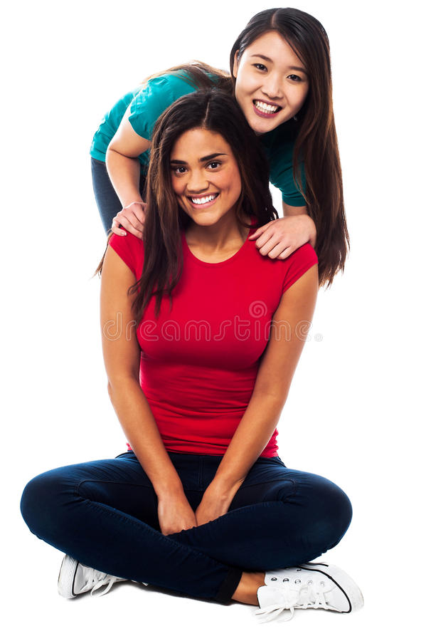 Giovani ragazze sorridenti che posano per la macchina fotografica fotografie stock libere da diritti