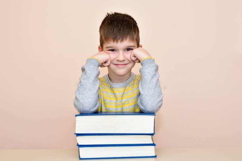 Giovani ragazzo e libri sorridenti fotografia stock libera da diritti