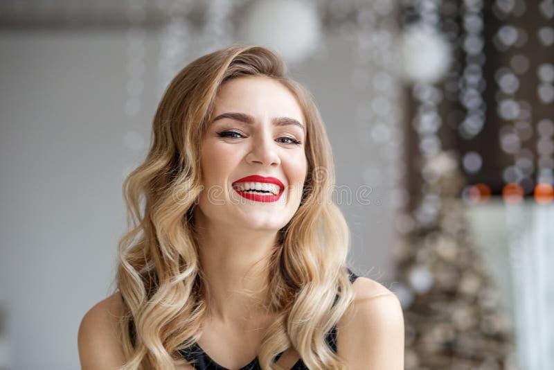 Giovani risate eleganti della ragazza Rossetto rosso Concetto del Natale felice e del nuovo anno, inverno, partito fotografie stock