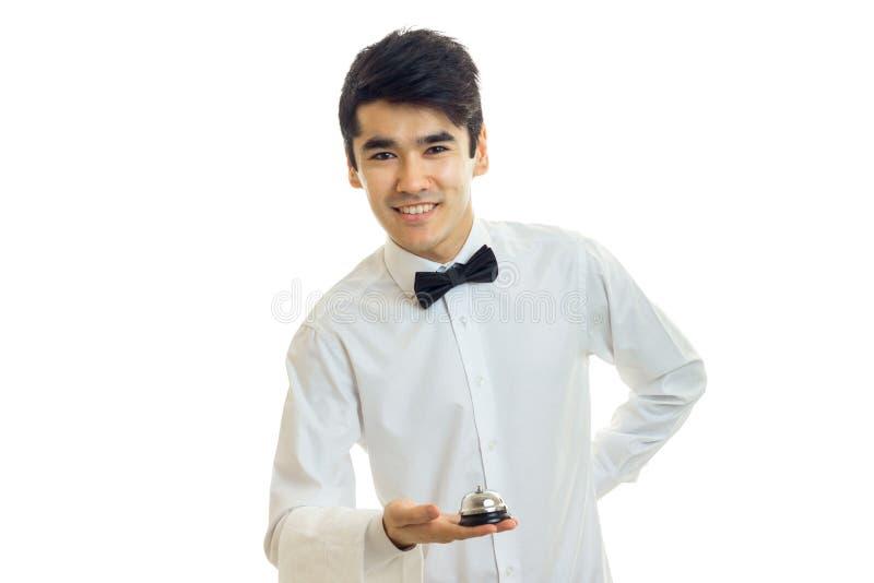 Giovani sembrare del cameriere diritti e sorridere isolato su fondo bianco immagini stock