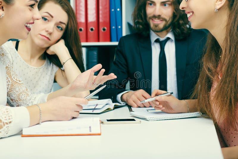 Giovani soci commerciali che discutono le idee di affari alla riunione Nuovo concetto startup fotografie stock libere da diritti