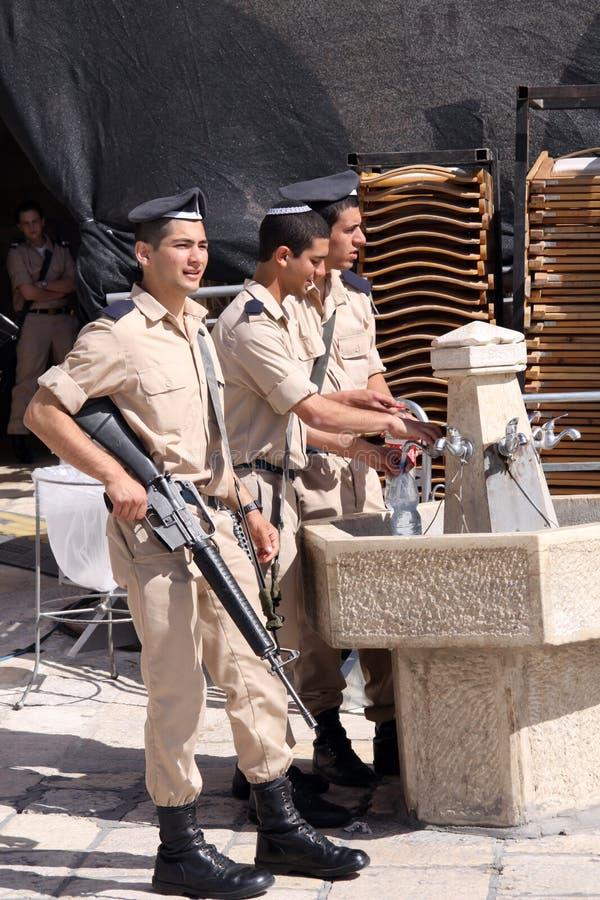 Giovani soldati alla parete occidentale a Gerusalemme immagine stock