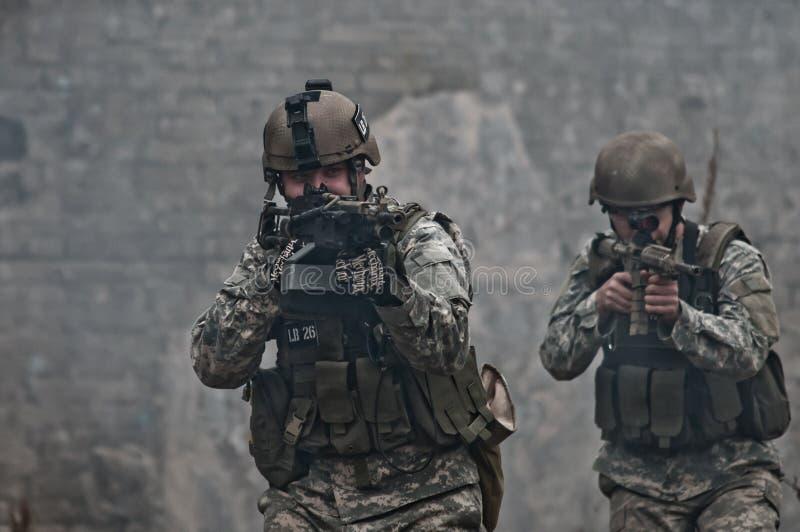 Giovani soldati sulla pattuglia immagine stock libera da diritti