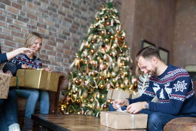 Giovani sorprendenti con i regali di Natale fotografia stock