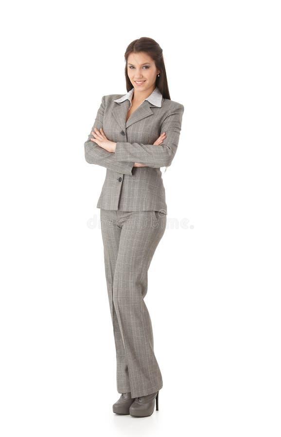 Giovani sorridere attraversato della donna di affari braccia diritte fotografia stock
