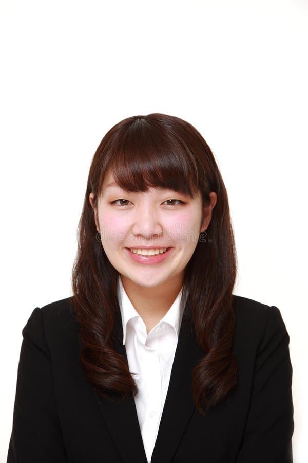 giovani sorrisi giapponesi della donna di affari immagine stock libera da diritti