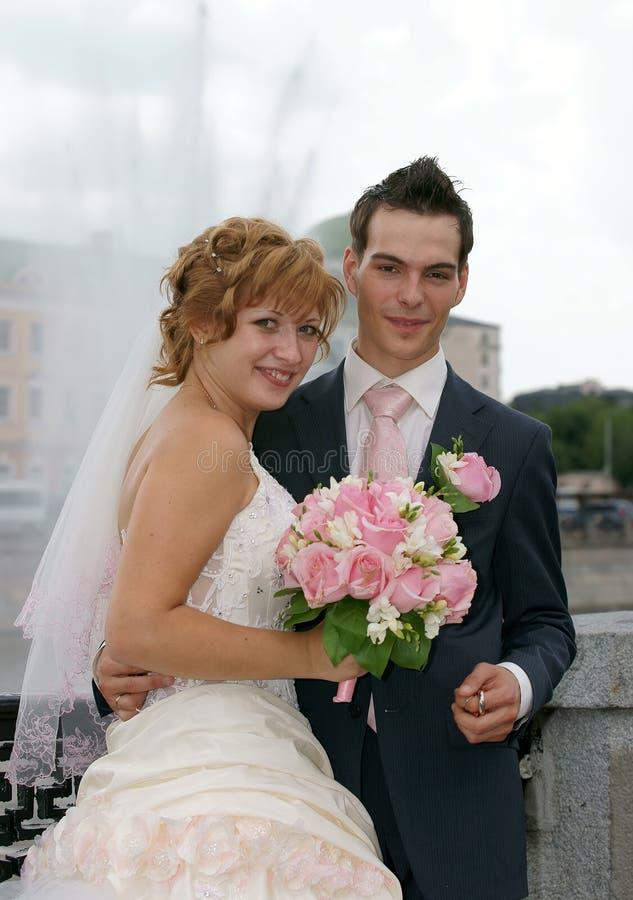 Giovani sposa e sposo fotografia stock