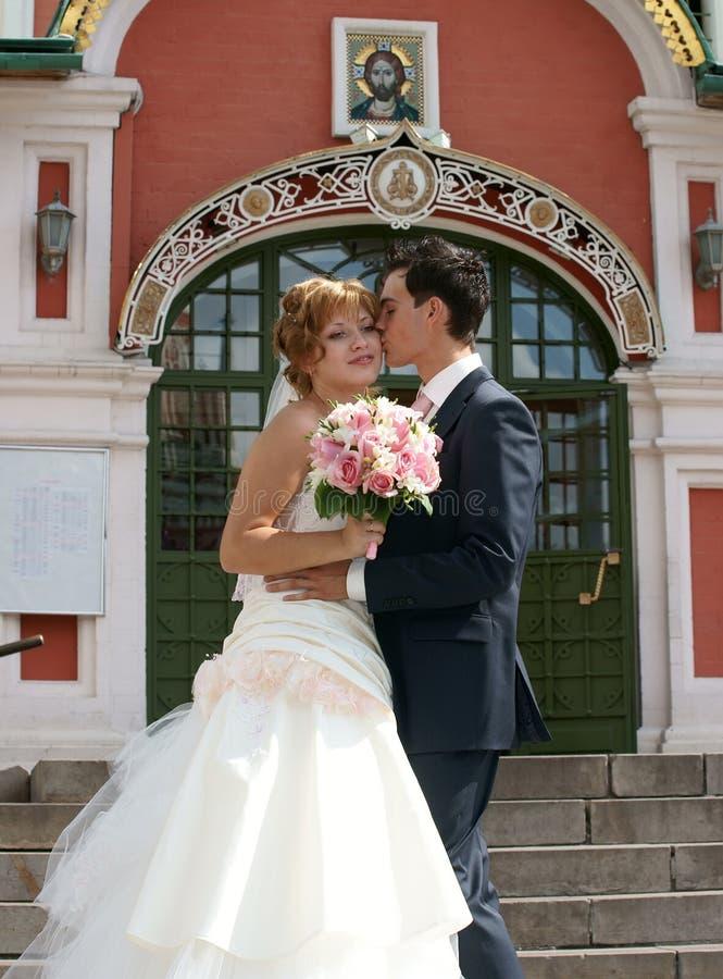 Giovani sposa e sposo immagini stock