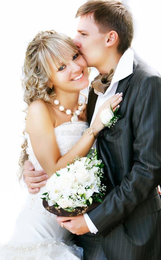 Giovani sposa e sposo adorabili fotografie stock libere da diritti