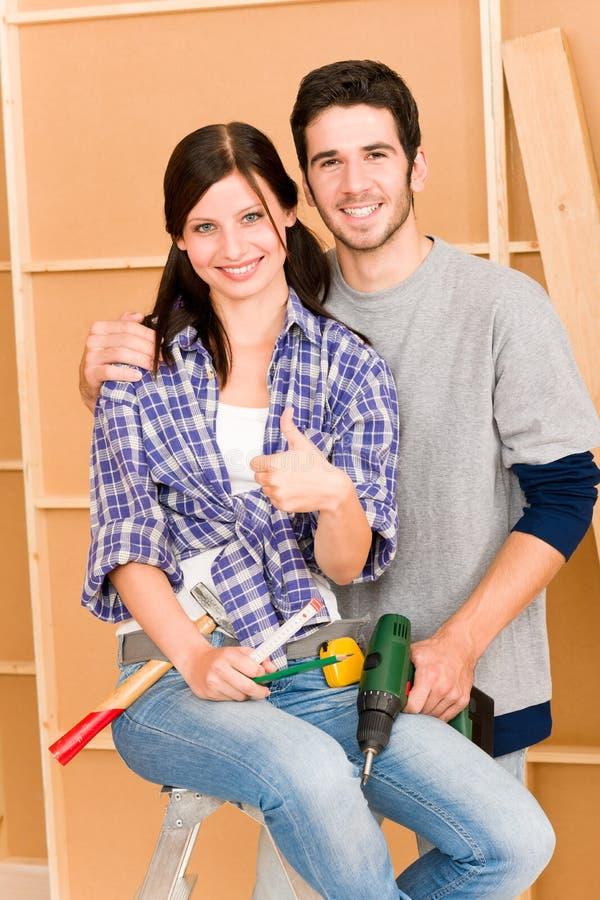 Giovani strumenti di riparazione delle coppie DIY di miglioramento domestico fotografie stock
