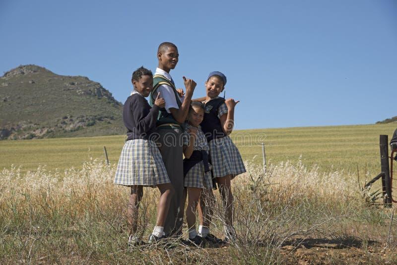 Giovani studenti al bordo della strada Sudafrica fotografia stock