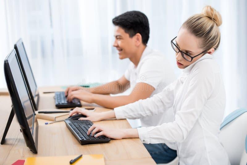 giovani studenti dell'adolescente che lavorano alla ragazza dei computer fotografia stock libera da diritti