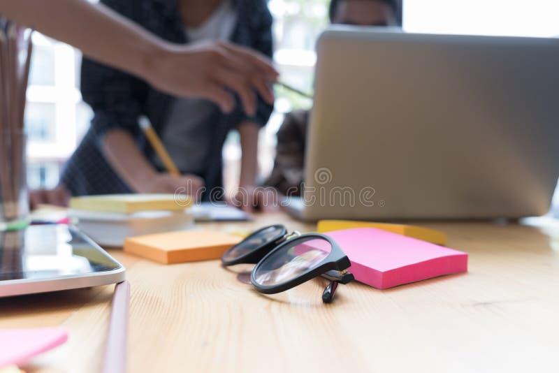 giovani studenti universitari che studiano con il computer in caffè gruppo fotografie stock libere da diritti