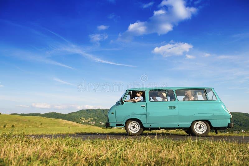 Giovani su un viaggio stradale fotografie stock libere da diritti