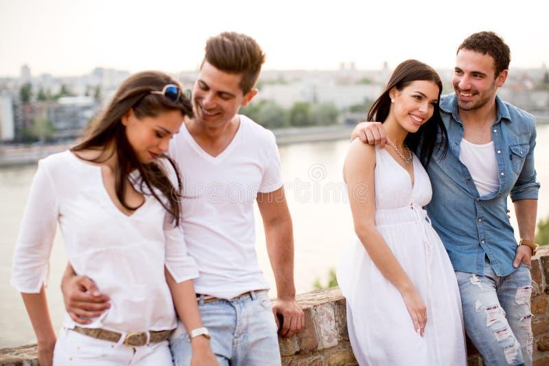 Download Giovani sul lungomare immagine stock. Immagine di rilassamento - 55361123