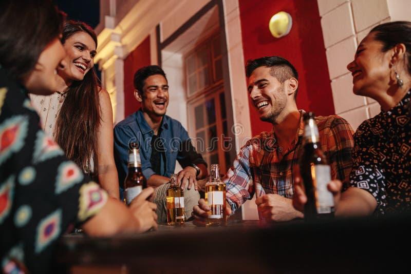 Giovani sul tetto con le bevande fotografia stock libera da diritti