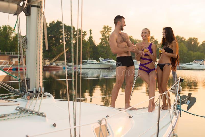 Giovani sull'yacht fotografia stock
