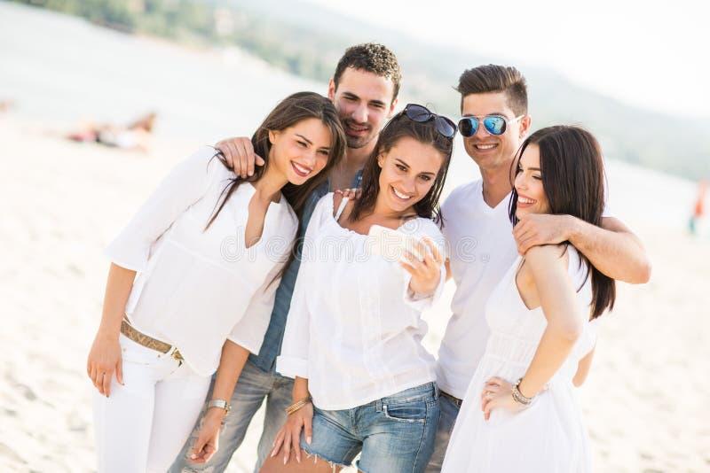 Download Giovani sulla spiaggia fotografia stock. Immagine di gruppo - 55360974