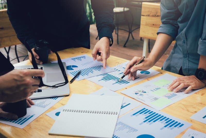 Giovani sviluppatori asiatici che lavorano nel loro Ministero degli Interni start-up con 'brainstorming' fotografia stock libera da diritti