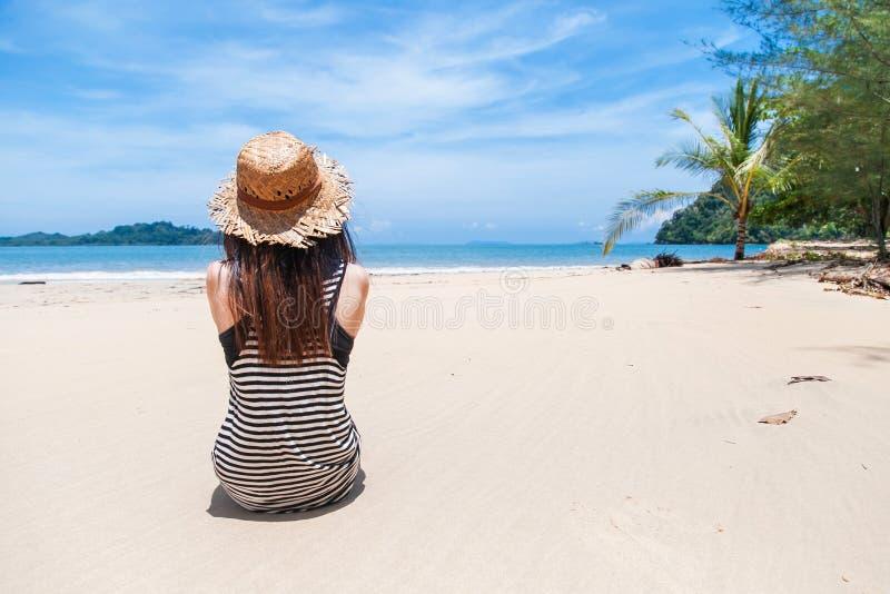 giovani tropicali della donna della spiaggia fotografia stock libera da diritti