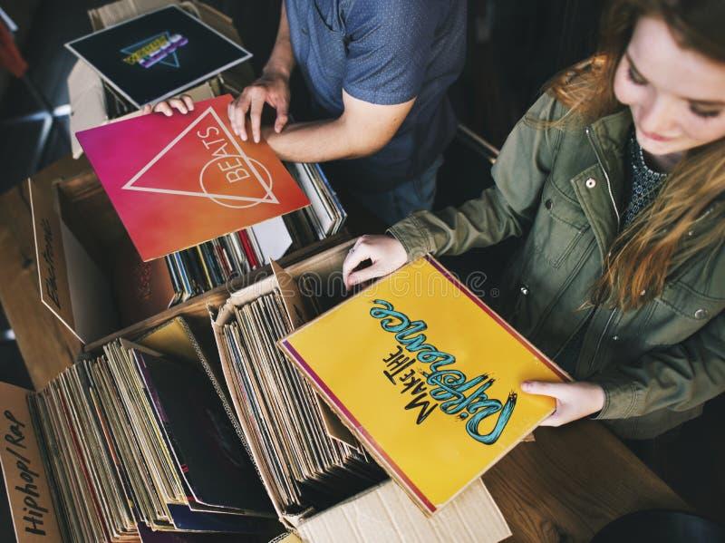Giovani in un negozio record immagine stock