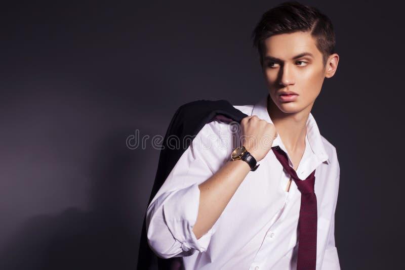 Giovani uomini bei nella camicia del vestito e nel lookin rosso degli orologi di usura del legame immagini stock libere da diritti