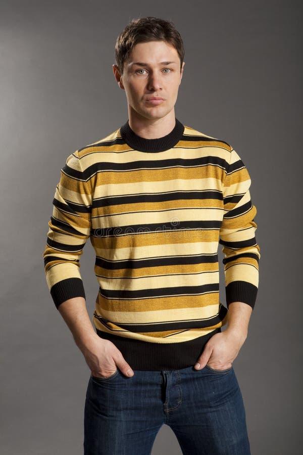 Giovani vestiti in maglione e jeans immagine stock