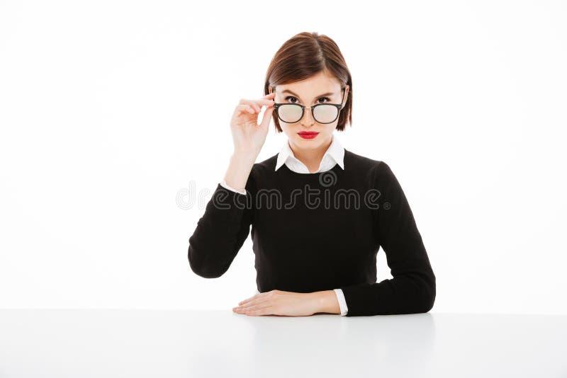 Giovani vetri d'uso concentrati della donna di affari fotografia stock libera da diritti