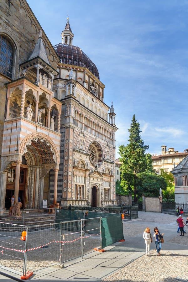 Giovannis da Campiones farstubro av Santa Maria Maggiore och fasad av Cappella Colleoni i Bergamo italy fotografering för bildbyråer