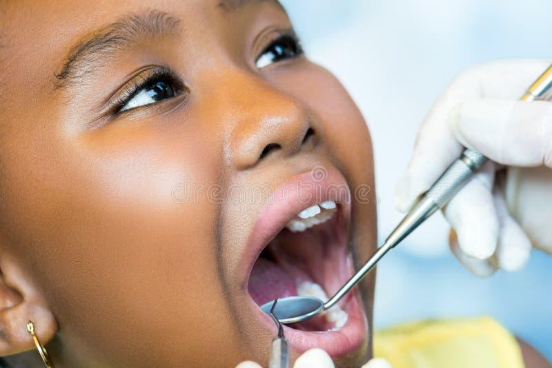Giovanotto africano al controllo dentario immagine stock
