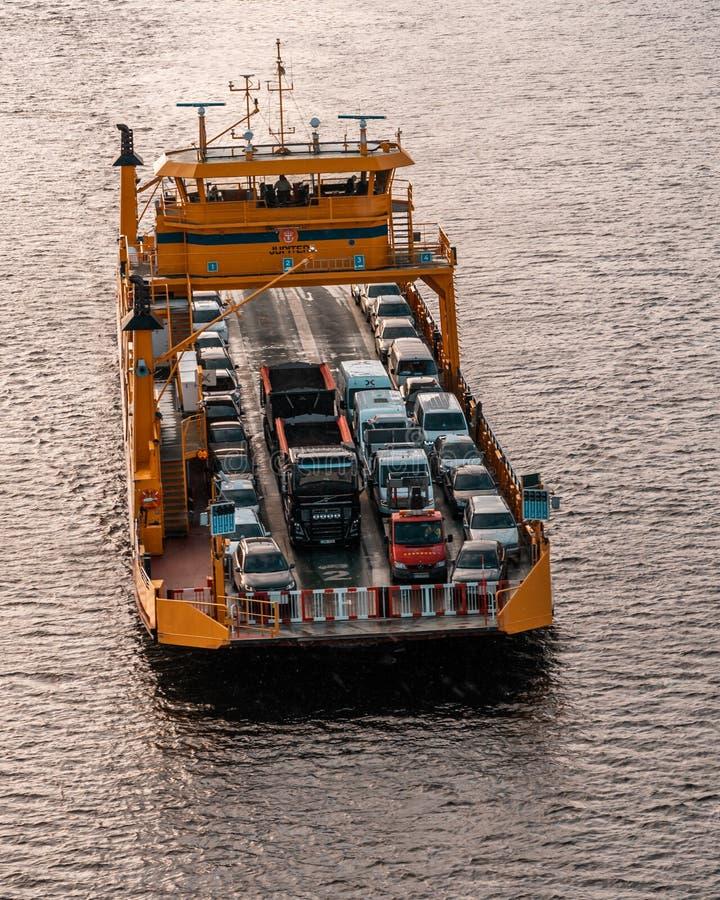 Giove, uno dei traghetti nell'arcipelago, nelle automobili di trasporti e nella gente al continente immagine stock