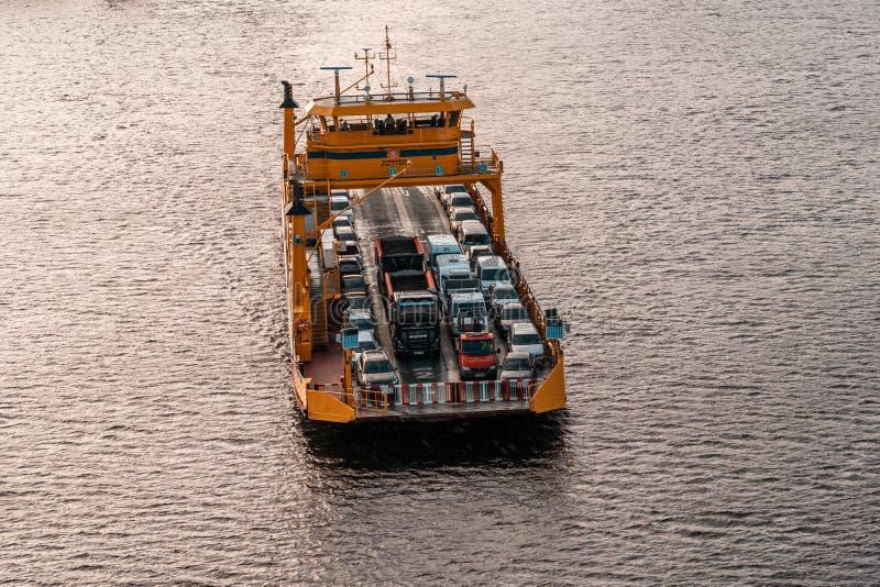 Giove, uno dei traghetti nell'arcipelago, nelle automobili di trasporti e nella gente al continente fotografia stock