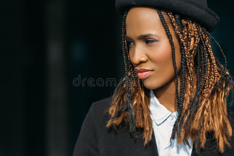 Gioventù alla moda moderna Femmina abbastanza nera fotografie stock