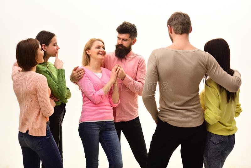 Gioventù, amici e parlare delle coppie I giovani spendono insieme lo svago, società allegra vanno in giro Studenti, felici fotografia stock