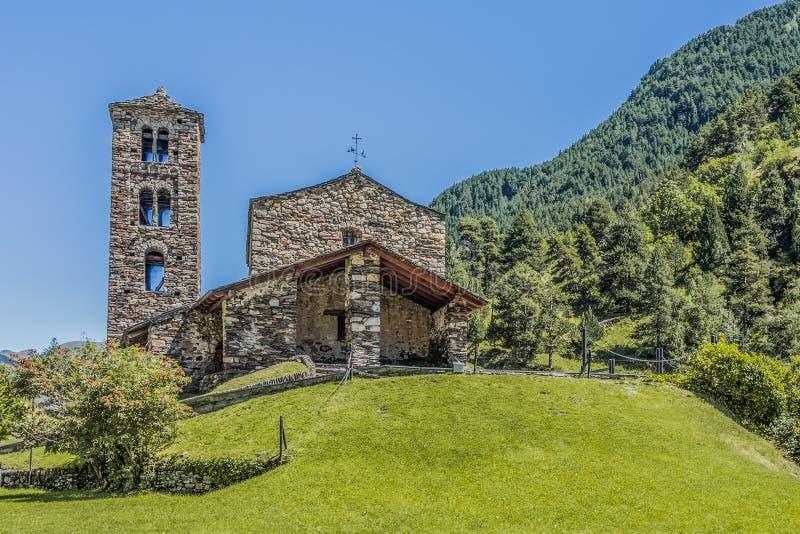 Gipfel und Steinkirchenfassade in den Pyrenäen Andorra Europa lizenzfreies stockbild
