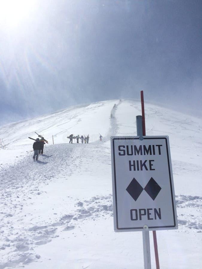 Gipfelwanderung lizenzfreie stockfotos