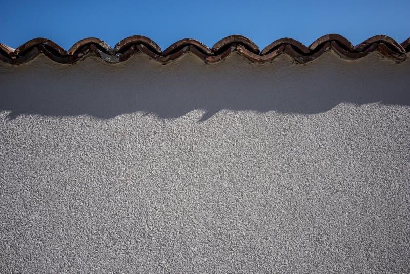 Gips auf der Wand, Dachplatten, Schatten stockbild