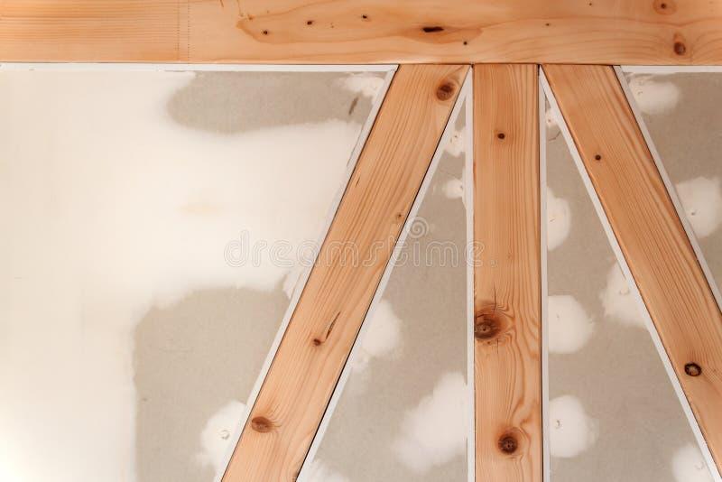 Gipsgipsplaat op de houtmuur Bouw van een familiehuis royalty-vrije stock fotografie