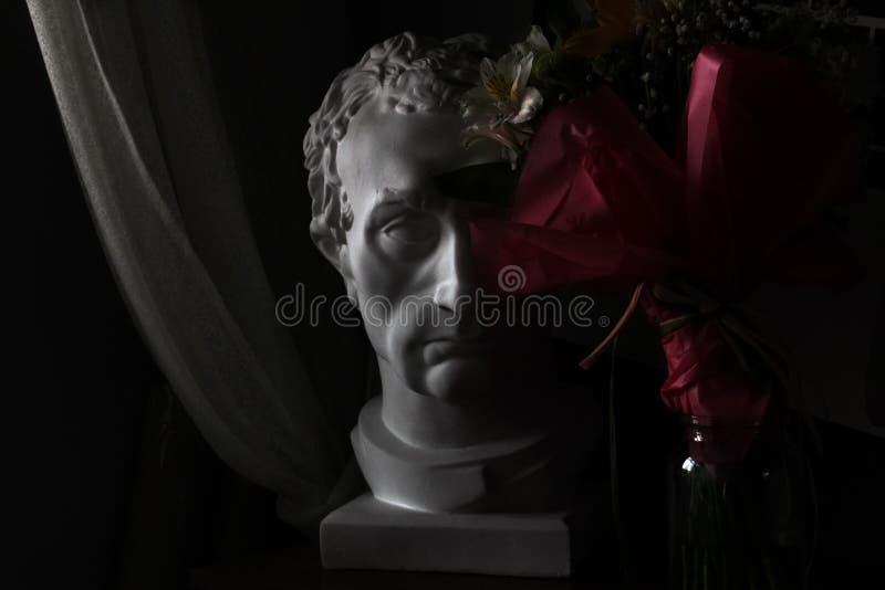 Gipshoofd in de donkere ruimte beeldhouwwerk stock afbeelding