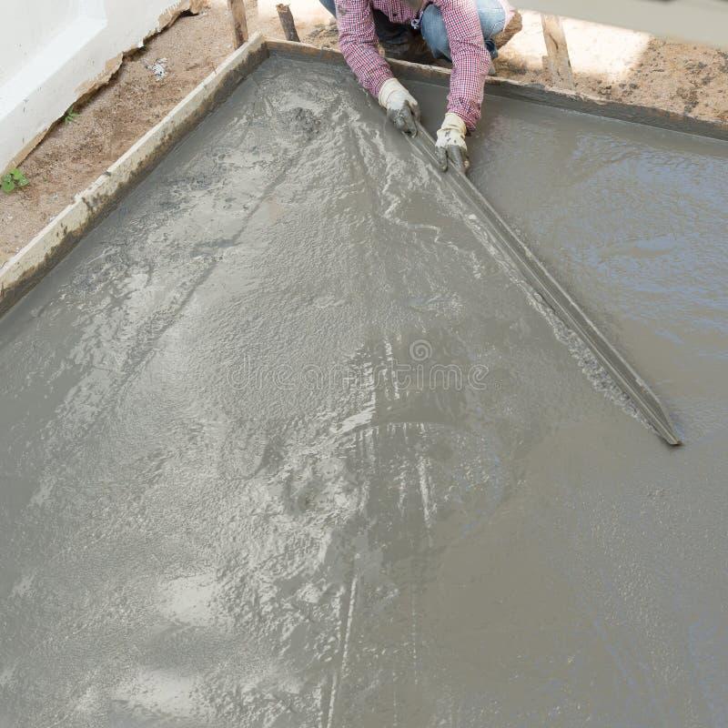 Gipsiarza betonu cementu pracownika tynkowa podłoga obraz royalty free