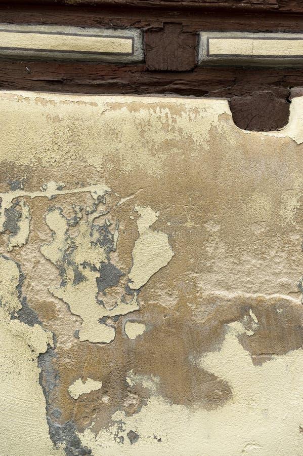 Gipsuje pochylanie i maluje przy inaczej pięknie wznawiającym ryglowym domem na brukowiec ulicie zdjęcia stock