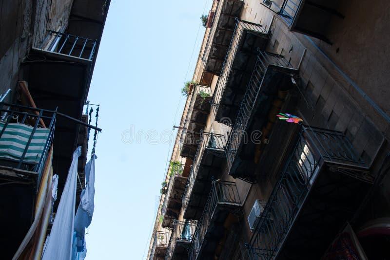 Girándula En Una Terraza Lamentable De La Casa Del Edificio